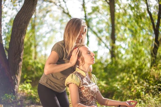 L'esperta di massaggi offre al suo cliente un massaggio rinfrescante alla luce del giorno.