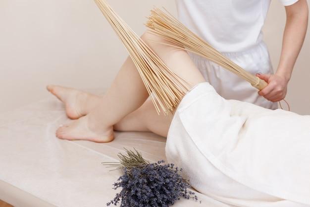 Massaggio dei piedi con bastoncini di bambù. massaggio creolo
