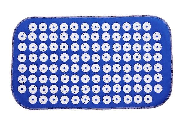 Tappetino da massaggio con aghi. isolato su uno spazio bianco.