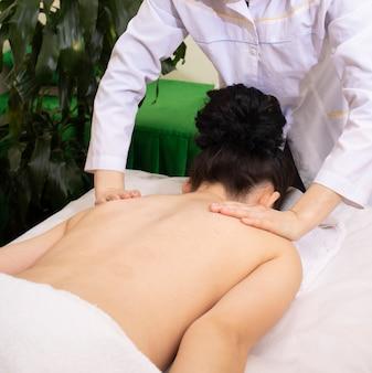 Massaggio sul collo nel salone della stazione termale, trattamento