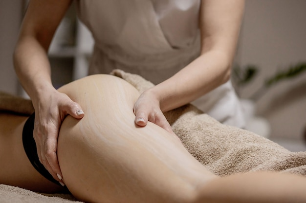 Massaggio sulle zone problematiche del corpo per dimagrire e correggere il corpo.