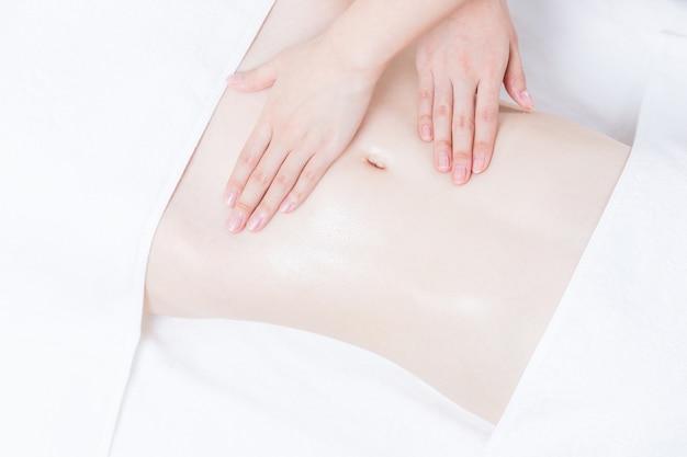 Massaggiatore che massaggia lo stomaco delle donne