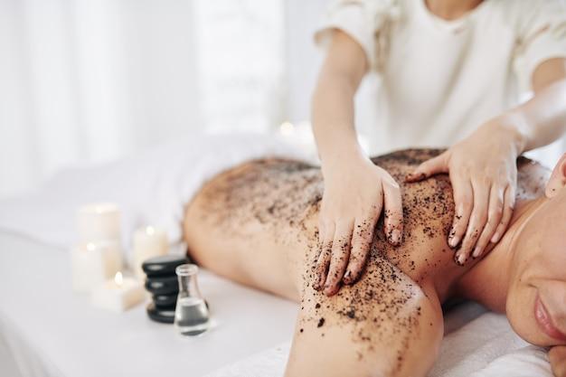 Massaggiare la schiena con scrub al caffè