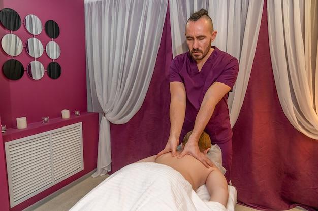 Il massaggiatore offre al cliente un massaggio con un'enfasi sul petto