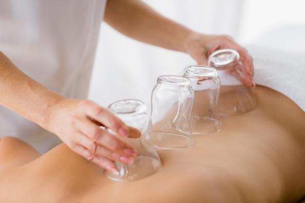 Massaggiatore che dà il massaggio di aspirazione alla donna
