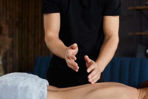 Il massaggiatore fa il massaggio