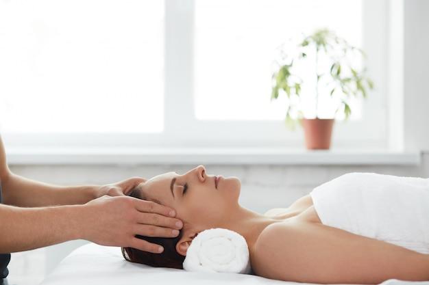 Il massaggiatore fa un massaggio teraveteico