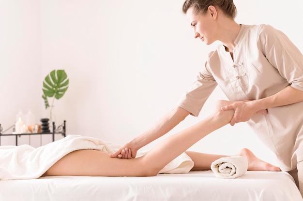 Massaggiatrice che pratica il massaggio