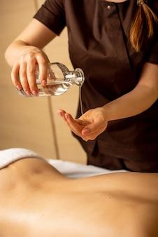 La massaggiatrice si prepara a fare un trattamento rilassante