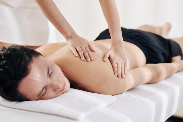 Massaggiatrice spalmando olio