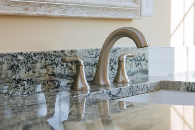 Bagno padronale con lavabo in installazione nuovo appartamento rinnovato bagno