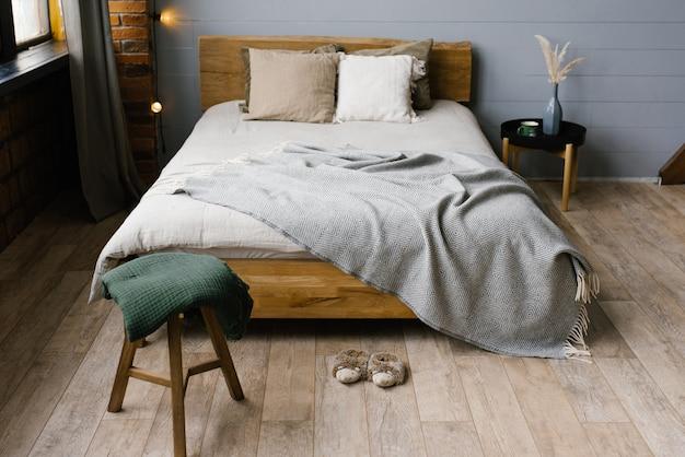 Camera da letto matrimoniale per una famiglia alla moda. una camera moderna con interni grigi alla moda in stile scandinavo