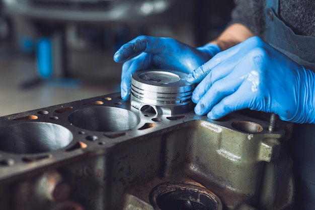 Master raccoglie un motore ricostruito per auto.