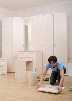 Il maestro raccoglie nella stanza allestita per i mobili