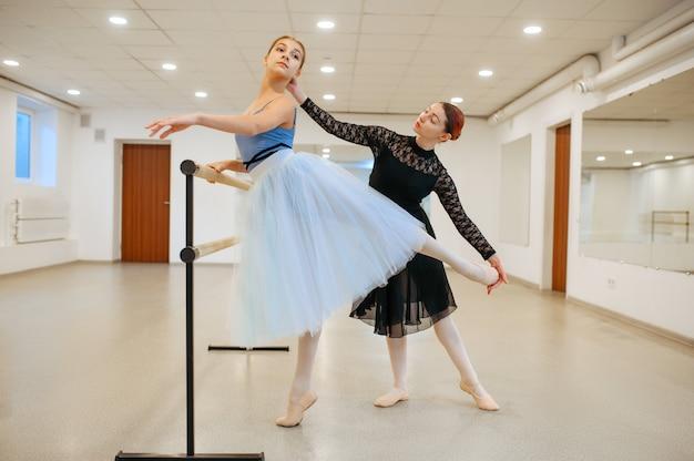 Maestro che prova con la giovane ballerina in classe