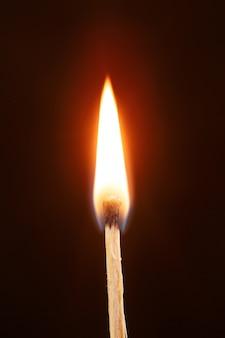 Abbina con la fiamma isolata