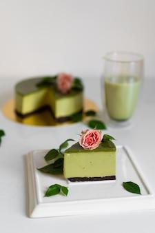 Torta al tè verde matcha. deliziosa torta matcha. pezzo di torta.
