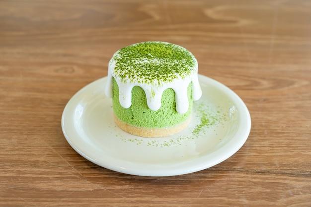 Torta di formaggio al tè verde matcha sul tavolo nel ristorante caffetteria