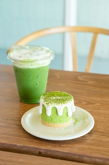 Torta di formaggio di tè verde matcha con tazza di tè verde sul tavolo nel ristorante caffetteria