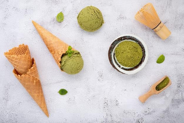 Gelato al tè verde matcha con coni di cialda