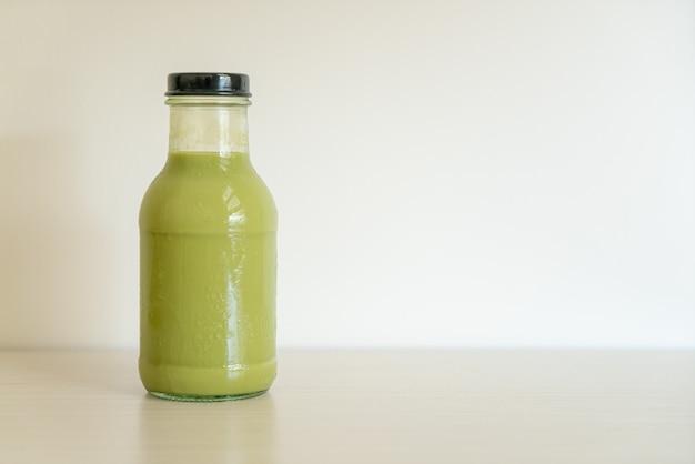 Tè verde matcha latte in bottiglia di vetro sul tavolo