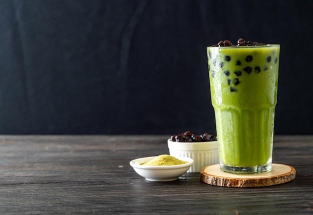 Latte al tè verde matcha con bollicine