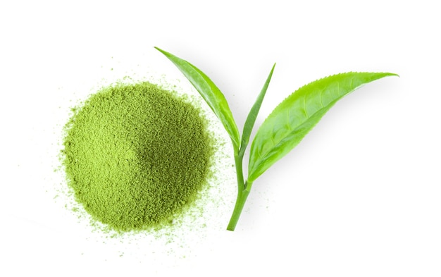 Tè verde matcha in polvere sulla superficie bianca. vista dall'alto