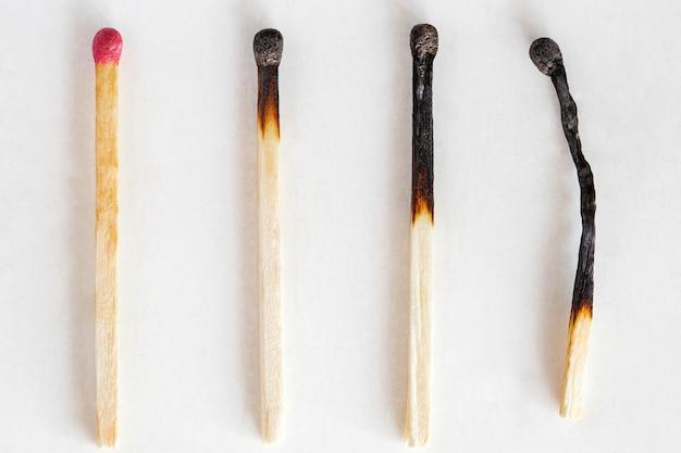 Fiammiferi, uno intero e tre bruciati, macro close-up