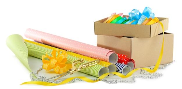 Materiali e accessori per confezionare regali isolati su bianco