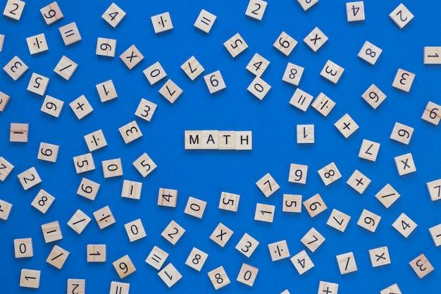 Matematica e disposizione di numeri e lettere in lavagne a scrabble
