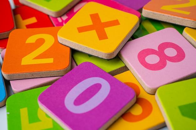Numero di matematica sfondo colorato.