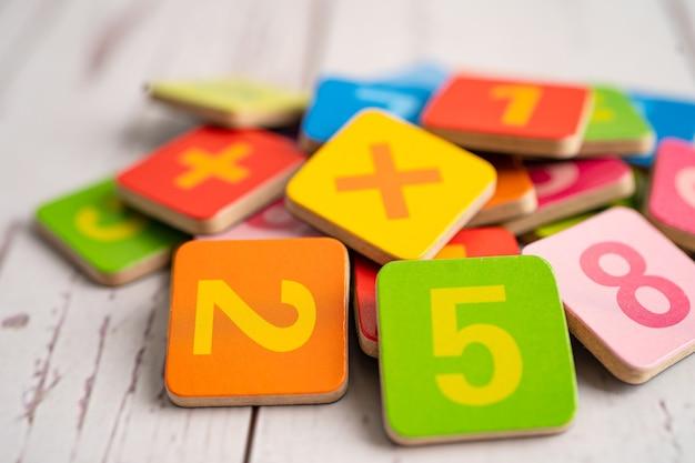 Numero matematico colorato, studio dell'istruzione, apprendimento della matematica, concetto di insegnamento. Foto Premium