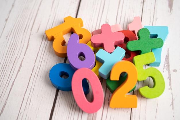 Numero matematico colorato, studio dell'istruzione, apprendimento della matematica, concetto di insegnamento.