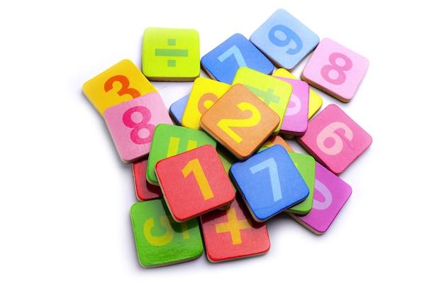 Numero di matematica colorato su sfondo bianco: educazione studio apprendimento insegnare concetto