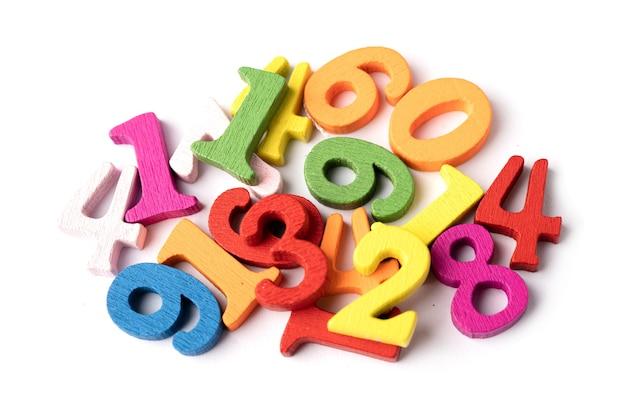 Il numero di matematica colorato su sfondo bianco, l'istruzione studia l'apprendimento della matematica insegna il concetto
