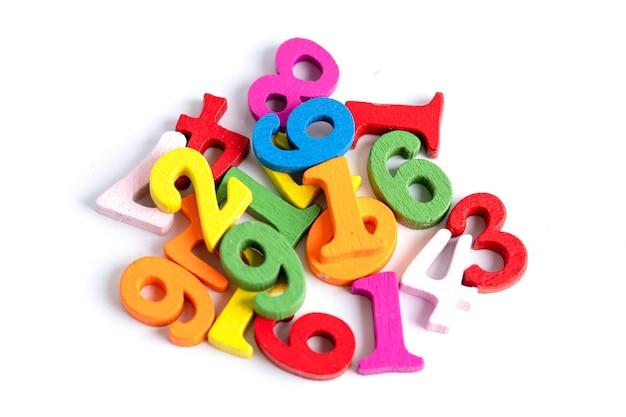 Il numero di matematica colorato su sfondo bianco, l'istruzione studia l'apprendimento della matematica insegna il concetto.