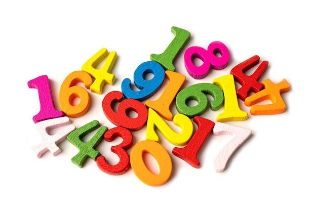 Numero di matematica colorato su sfondo bianco