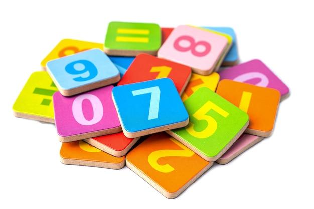 Numero di matematica colorato su sfondo bianco.
