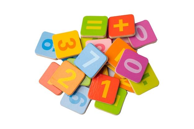 Numero di matematica colorato sul tavolo bianco, l'apprendimento della matematica di studio dell'istruzione insegna il concetto