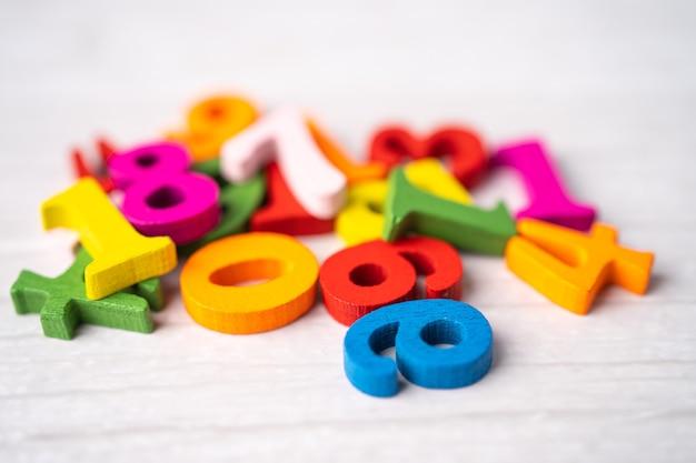 Numero di matematica colorato sul tavolo bianco.