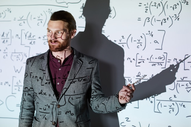 Insegnante di matematica che spiega i calcoli