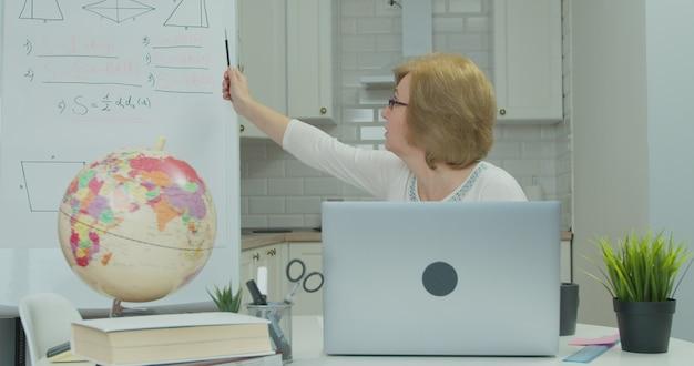 Insegnante di matematica in occhiali con chat video con gli studenti