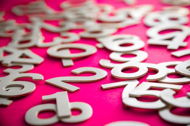 Sfondo di matematica realizzato con numeri solidi su una lavagna. isolato su rosa