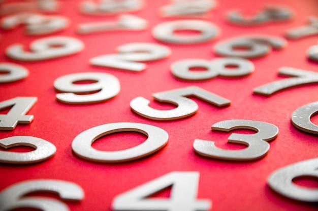 Sfondo di matematica realizzato con numeri solidi su una lavagna. isolato su rosso