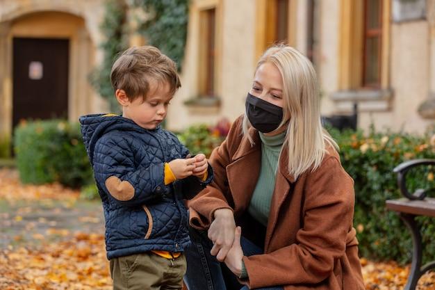 Mather e il figlio giocano nel parco in autunno