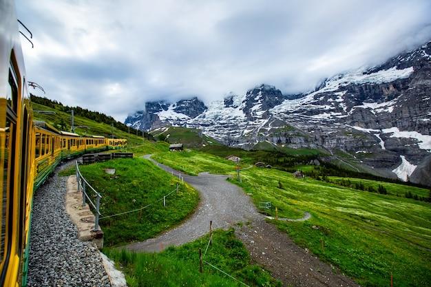 Stazione ferroviaria di matterhorn zermatt con lasso di tempo 4k.