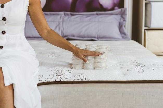 Materiale del materasso nelle mani di una donna
