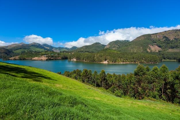 Lago mattupatti nelle montagne dei ghat occidentali kerala india
