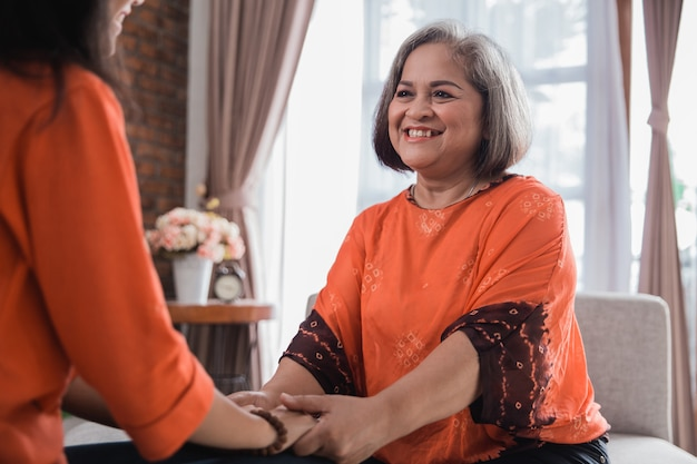 La donna asiatica matura condivide la sua storia con la figlia