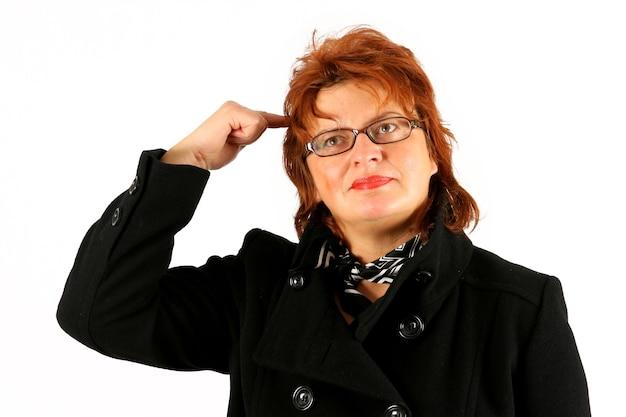 La donna d'affari matura sta avendo un'idea su sfondo bianco